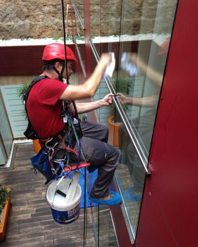 trabajos verticales de limpieza y mantenimiento